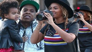 Beyonce-her-husband-Jay-Z-and-their-daughter-Blue-Ivy-visited-the-famous-french-museum-the-Louvre-in-Paris